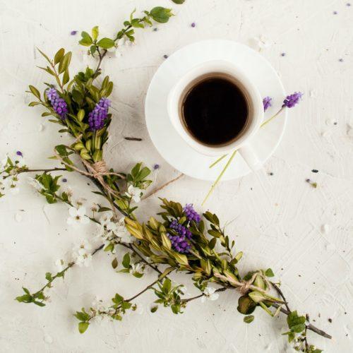 Tasse de café et fleurs